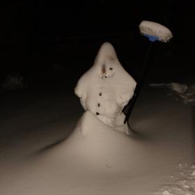 zasnezeny snehuliak