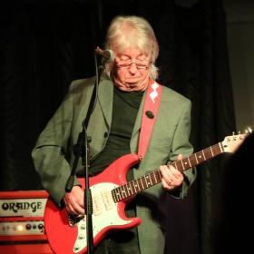 Kytarista Norman Beaker  v Bedně .