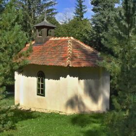 Kaplička v zámeckém parku v Dačicích