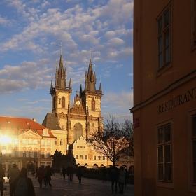 Staroměstské náměstí v podvečerním slunci