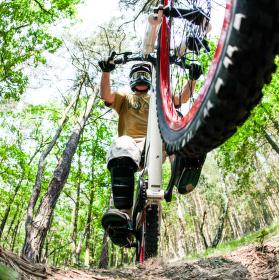 Biker při skoku