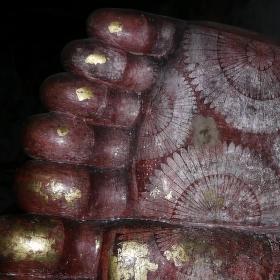 Nohy ležícího Buddhy v jeskynním klášteře Dambulla