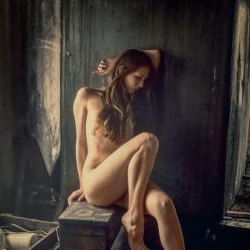 Sedící dívka