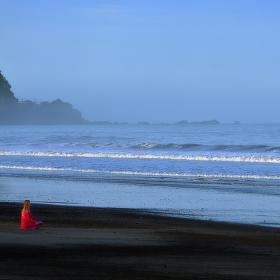 ranní meditace v oparu u Tichého oceánu