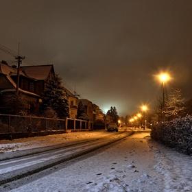 Zasněžená noční ulice