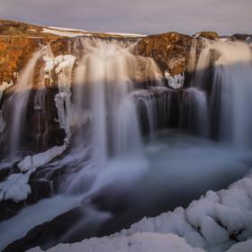 Západ slunce nad vodopádem Kolugljúfur