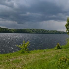 Vranovská přehrada před deštěm......