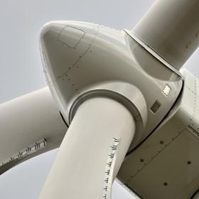 Hlava rotoru s listy a gondolou větrné elektrárny.