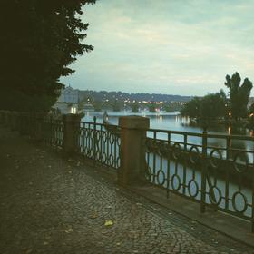 ráno u řeky podzim
