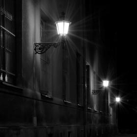 Noční ulička Radoušova v Hradci Králové
