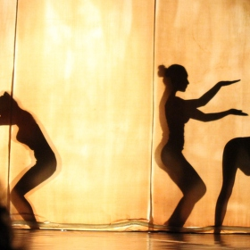 Tanec za oponou