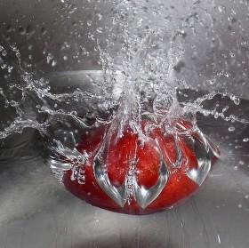 Pokus o detailní hození broskve do vody