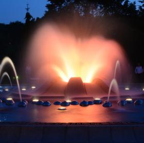 Zpívající fontána v noci