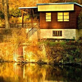 chata nad řekou