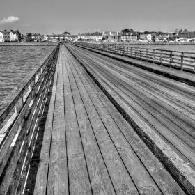 Po dřevěném mostě kráčí...
