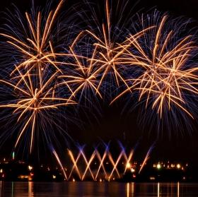 Noční ohnivý tanec nad přehradou