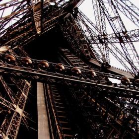Eiffelovka zdola nahoru