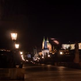 Blížící se apokalypsa na Pražský Hrad - Ta žlutá šmouha je měsíc a po vyfocení tam vznikla taková šmouha která připomíná meteorit řítící se na Pražský Hrad