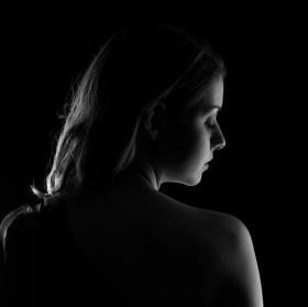 zahalená ve tmě