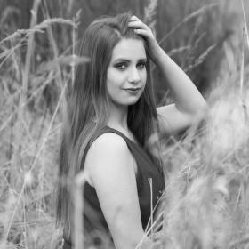 Dívka v trávě