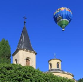 Horkovzdušný balon nad kostelíkem v Karlíku