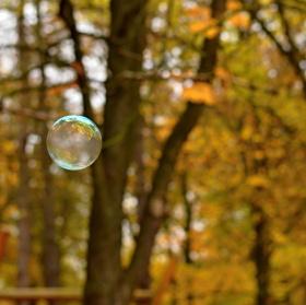 Bublina bloudící podzimem