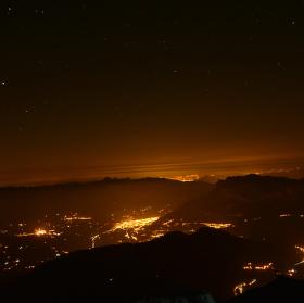 světelný smog nad chamonix