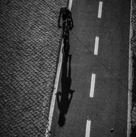 Černá, bílá, cyklista a stín