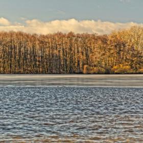 Trošku zamrznutý rybník