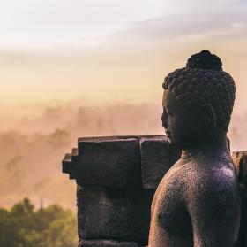 Za svítání dospěl k probuzení a stal se Buddhou