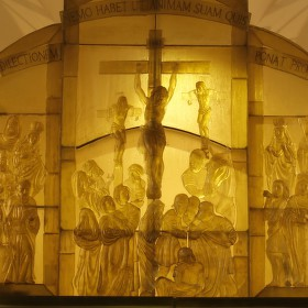 Skleněný oltář v kostele sv. Vintíře v Dobré Vodě