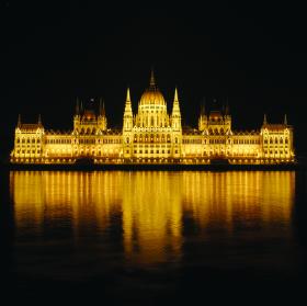 Noční budapešťský parlament