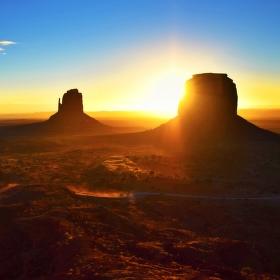Východ slunce v Monument Valley