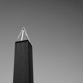 Kamenný obelisk
