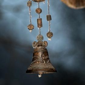 Zvoneček co visí v lesním baru v Horní Lipové