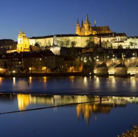 Pražský hrad při setmění