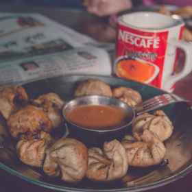 Momo, čaj a denní tisk