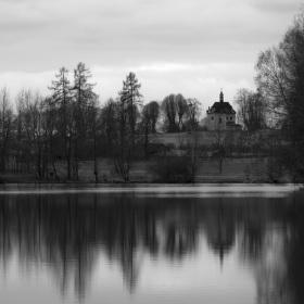 Kaplička nad rybníkem