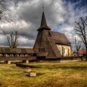 Předjarní dřevěný kostel