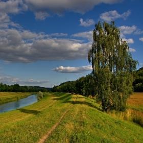 Po břehu řeky