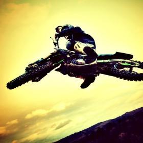 Západ slunce na motokrosu