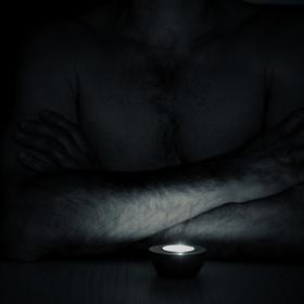 Při světle svíčky