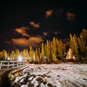 Noční obloha v malém Kanadském městečku v horách - Canmore