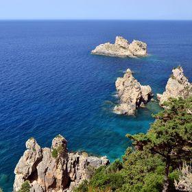 Skalnaté pobřeží ostrova Korfu.