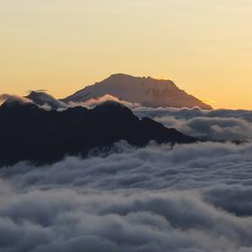 Vulkan Antisana  v ranním světle v Ekvadoru
