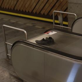 I v metru se zouváme!