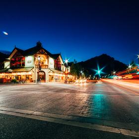 Noční Banff Avenue, Banff National Park