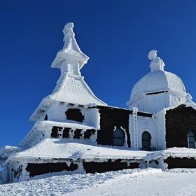 Kaple v bílém