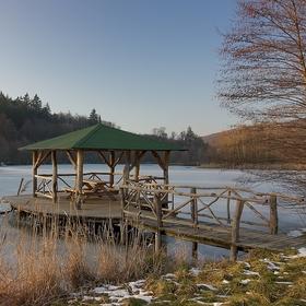 Altán na zamrzlém rybníku.