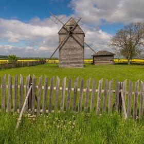 Za plotem je mlýn